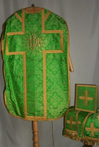 Ornement vert 3: chasuble, étole, manipule, voile de calice, bourse de corporal