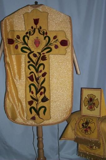 Ornement doré 2: chasuble, étole, manipule, voile de calice, bourse de corporal