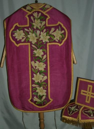 Ornement violet 2: chasuble, étole, manipule, voile de calice, bourse de corporal