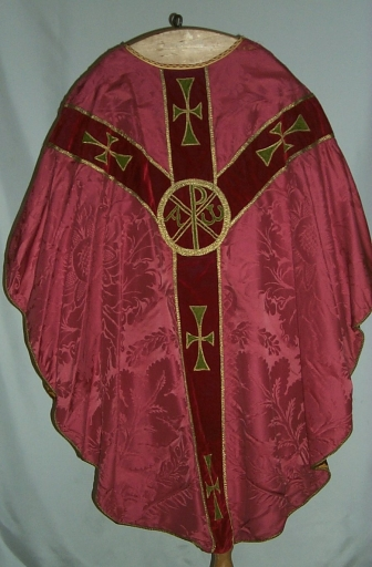 Ornement rouge 1: chasuble, voile de calice