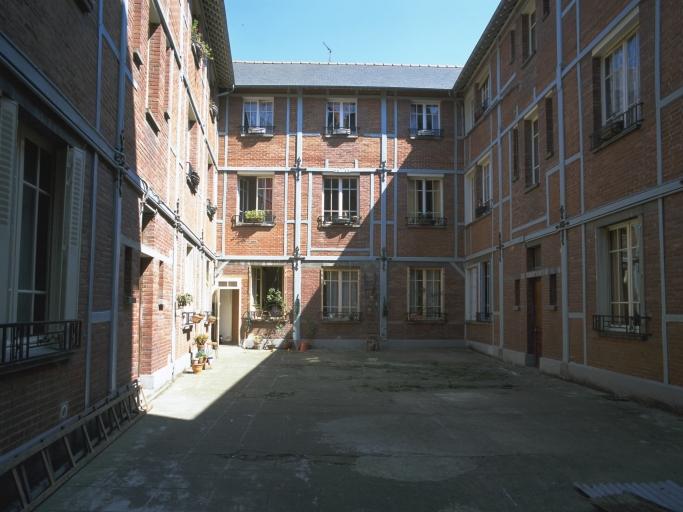 Usine de construction automobile A. Quinton et fils, actuellement immeuble à logements, 6, 8, 10 rue de Saint-Malo (Rennes)