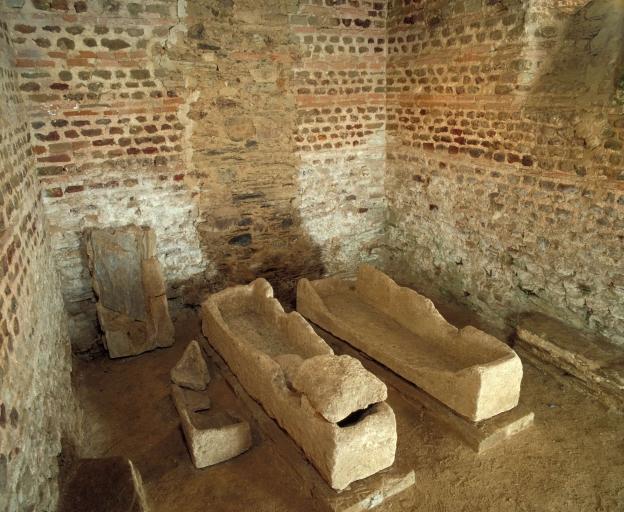 Ensemble de 3 sarcophages