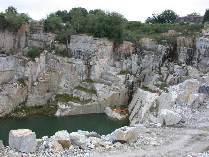 Présentation de la commune de Bobital ; Carrière de granite Belgi, puis carrière et usine de taille de matériaux de construction Rioche, route départementale 766 (Bobital)