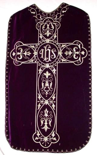 Ornement violet 1: chasuble, bourse de corporal, étole, manipule, voile de calice