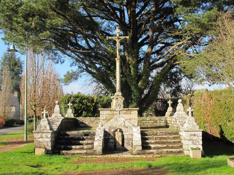 Présentation de la commune de Pluherlin ; Croix monumentale, dite croix de la Motte, le bourg (Pluherlin)