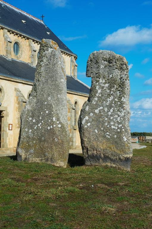 Présentation de la commune de l'île-de-Sein ; Mégalithes dit les Causeurs, dit Ar Brigourien, place François le Sud (Île-de-Sein)