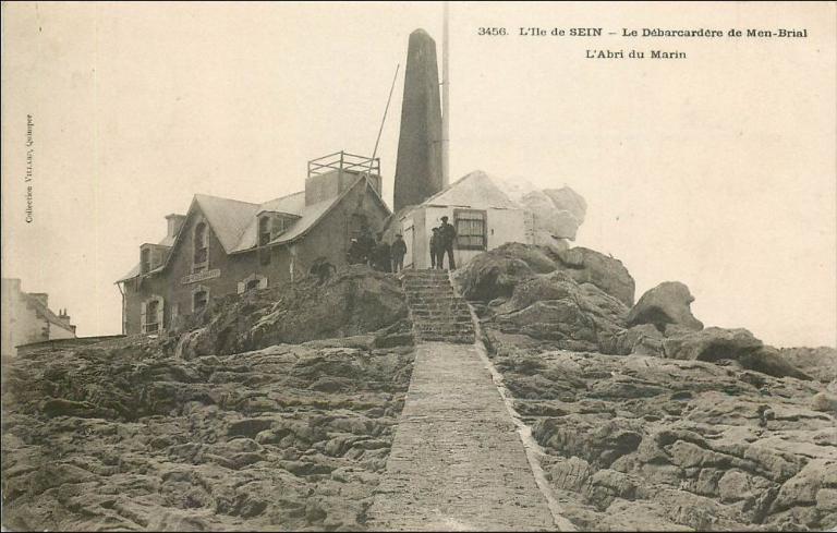 Phare de Men Brial ; Abri du marin n°1, actuellement maison (île-de-Sein)