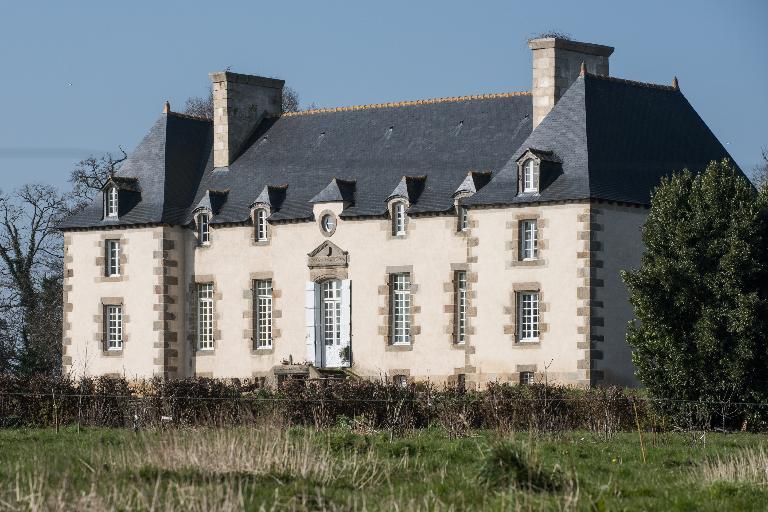 Manoir de la Belle-Noë (Dol-de-Bretagne) ; Les manoirs et les châteaux sur la commune de Dol-de-Bretagne