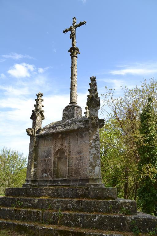"Croix monumentale dite ""croix de Lannourec"" (Goulien) ; Les croix monumentales (Goulien)"