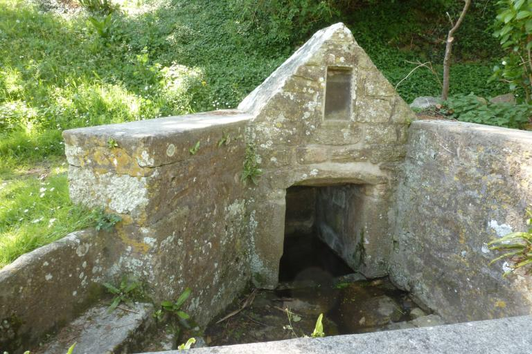 Fontaine de dévotion dite fontaine de Legueriou, Landrevet (Esquibien fusionnée en Audierne en 2016) ; Les lavoirs et fontaines (Audierne)