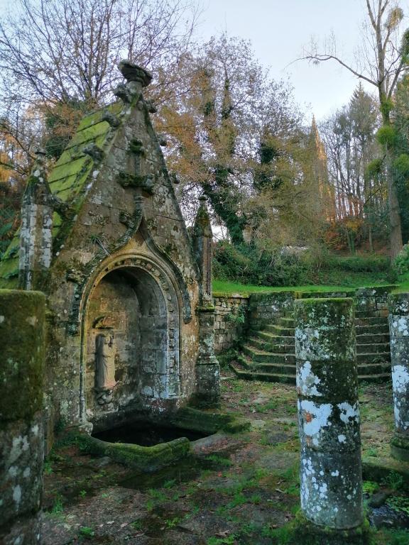 Fontaine de dévotion Notre-Dame, Quelven (Guern)