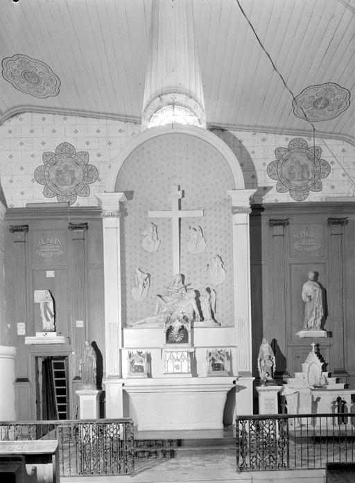 Autel, tabernacle, retable (autel secondaire, autel tombeau, retable architecturé à niche, retable à ailes)