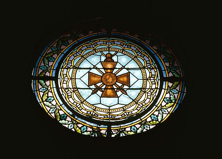 3 verrières figurées : sainte Thérèse de l'Enfant Jésus, saint Michel