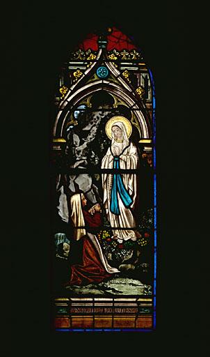 Verrière à personnages : Notre-Dame de Lourdes