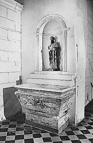 2 autels (autel secondaire, autel tombeau)