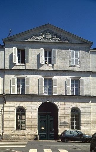 Collège municipal, puis de jésuites, puis royal, puis lycée impérial, actuellement collège Eugène-Fromentin