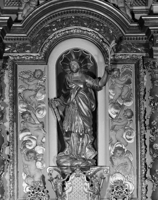 3 statues ; 2 groupes sculptés