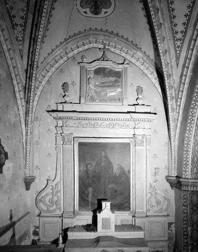 Ensemble du retable de l'autel secondaire de saint Isidore : retable architecturé à ailes, bas-relief représentant Saint Isidore le laboureur, tableau d'autel représentant Le Christ, saint Roch et saint antoine