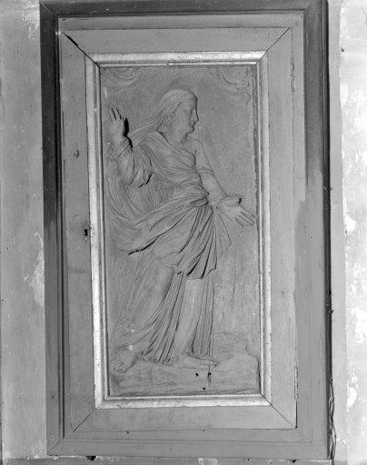 Bas-relief du placard-clôture des fonts baptismaux : La Samaritaine