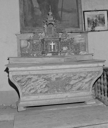 Ensemble de l'autel secondaire : autel tombeau, tabernacle architecturé à ailes et dais d'exposition