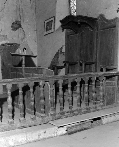 Ensemble d'un trône abbatial et de 2 fauteuils de célébrant, d'un agenouilloir, d'un lutrin et d'une clôture de choeur