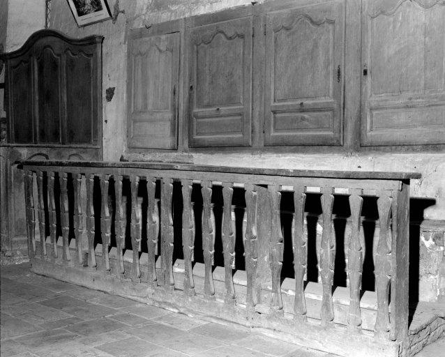 Ensemble composé d'une clôture liturgique, d'un banc de choeur et de 4 placards de sacristie