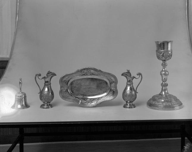 Calice, burettes (2), plateau à burettes, clochette (chapelle)