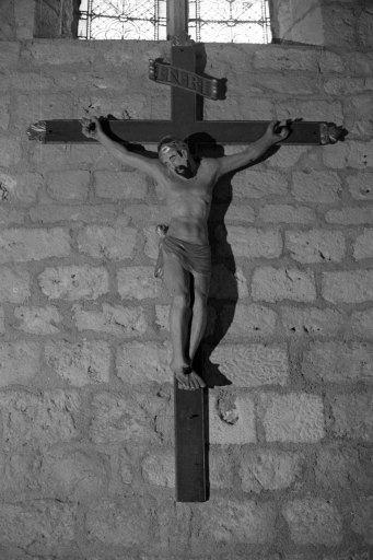 Croix de procession : Christ en croix, des pénitents bleus (?)