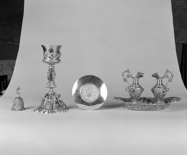 Calice, patène, plateau, burettes (2), sonnette d'autel (sonnette liturgique), (chapelle)