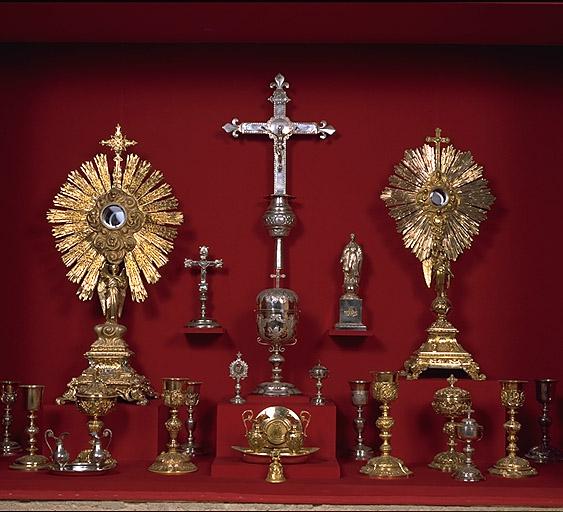 Calice, patène, burettes, plateau à burettes, sonnette d'autel (sonnette liturgique), (chapelle)