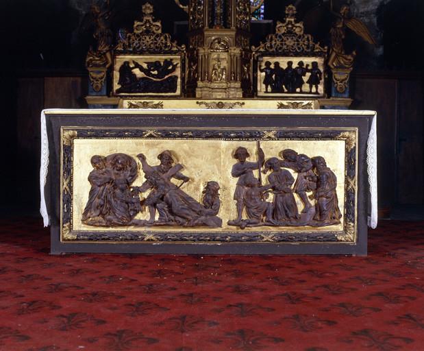 2 hauts-reliefs : Dérision du Christ, Montée au Calvaire, de l' autel face au peuple.