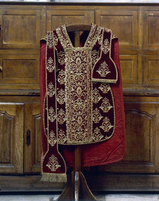 Chapes (3), chasuble, dalmatiques (2), étoles (2), manipules (3), ornement pontifical