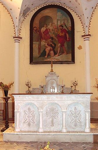Ensemble du maître-autel, de style néo-roman : autel tombeau, gradin d'autel à redents et tabernacle architecturé