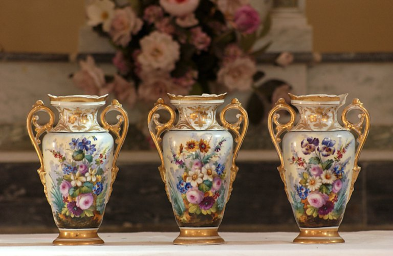 ensemble de 3 vases d'autel (vase fuseau), de style néo-classique