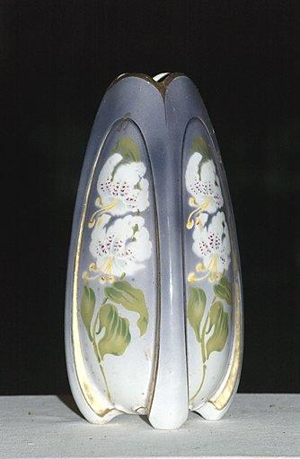 ensemble de deux vases décoratifs de style Art Nouveau : Bouquet de fleurs