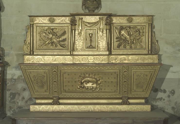 autel secondaire du Christ du Sacré-Coeur, de style néo-classique : autel tombeau, gradin d'autel et tabernacle à ailes