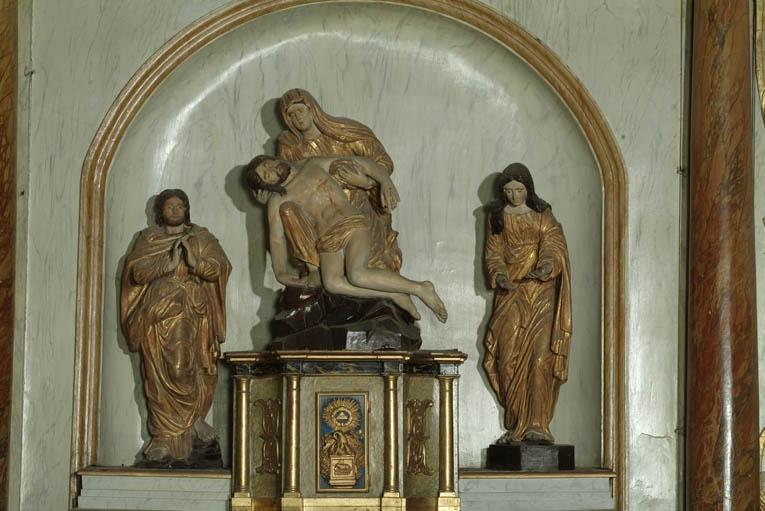 2 statues (petite nature) : Saint Jean et Sainte Marie-Madeleine et groupe sculpté (petite nature) : Vierge de Pitié