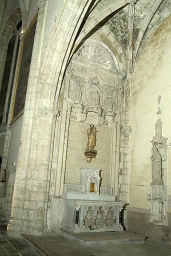 décor de la chapelle des Pomairols : dalle funéraire, autel secondaire de saint Joseph (autel tombeau, tabernacle architecturé), retable architecturé, lavabo en niche, haut-relief et 4 chapiteaux