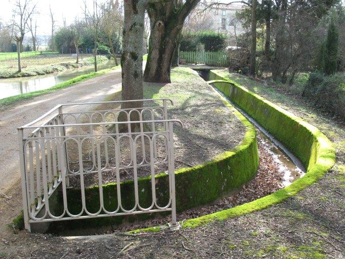Site d'écluse comportant un canalet, une demi-écluse avec déversoirs de superficie, déversoirs de fond et pont