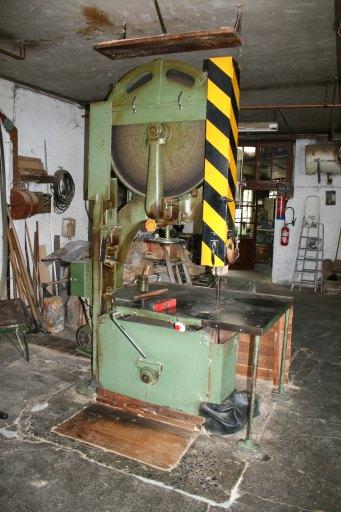 machine à découper par scie, dite scie à ruban