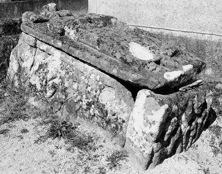tombeau : gisant d'un dignitaire de l'ordre de Malte ?