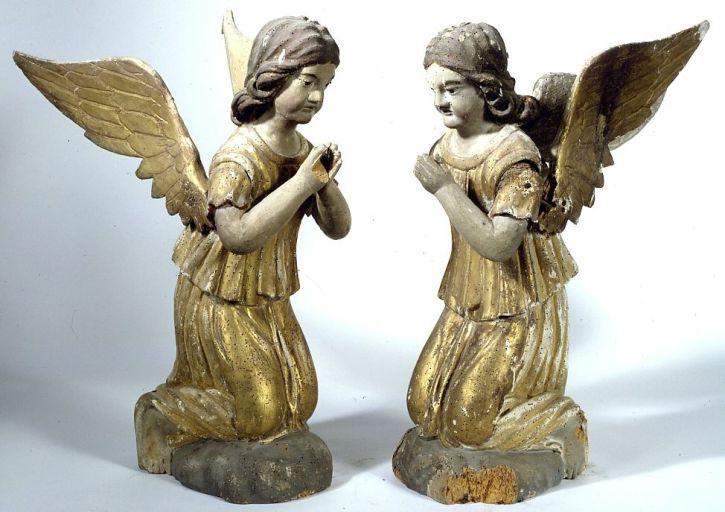 2 statuettes (en pendants) : anges adorateurs (maître-autel)