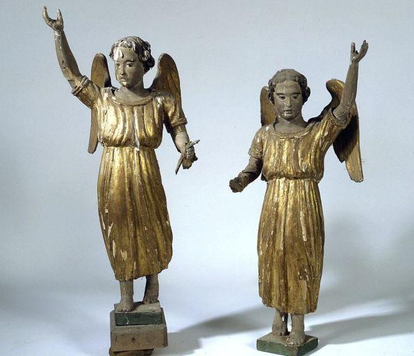 2 statuettes (en pendants) : anges cariatides (dais d'exposition du maître-autel)