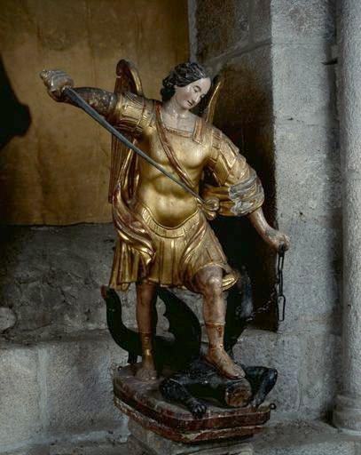 Statue (petite nature) : saint Michel terrassant le démon