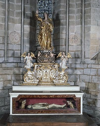 3 statues (1 grandeur nature et 2 statuettes) : Christ gisant entre deux anges adorateurs