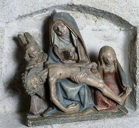 groupe sculpté : Vierge de pitié entre sainte Madeleine et un ange