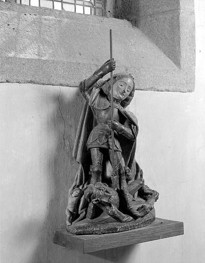 Groupe sculpté (statuette) : saint Michel terrassant le dragon