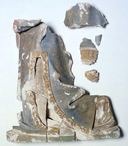 Fragments de statue : personnage agenouillé