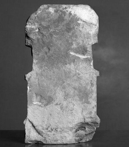 Haut-relief (statuette) : Vierge à l'Enfant assise sous un dais