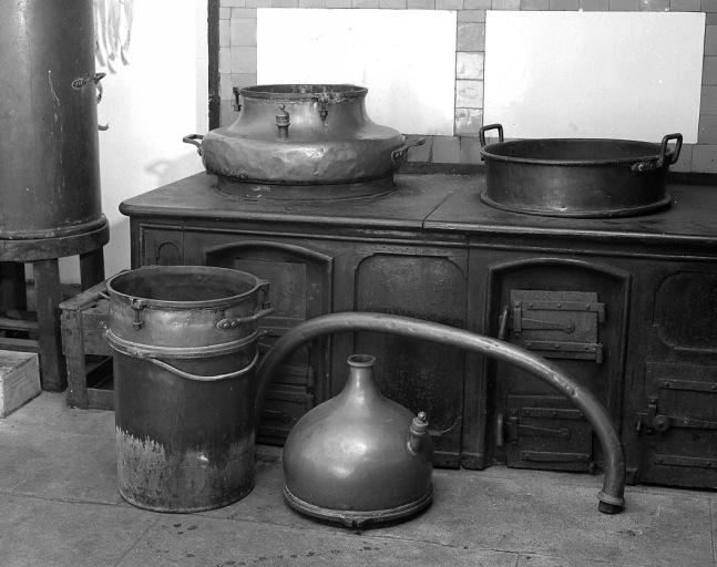 2 machines à distiller : alambics simples à col de cygne